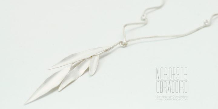 Silver necklace handmade by Joyería Noroeste Obradoiro in Santiago de Compostela, Galicia
