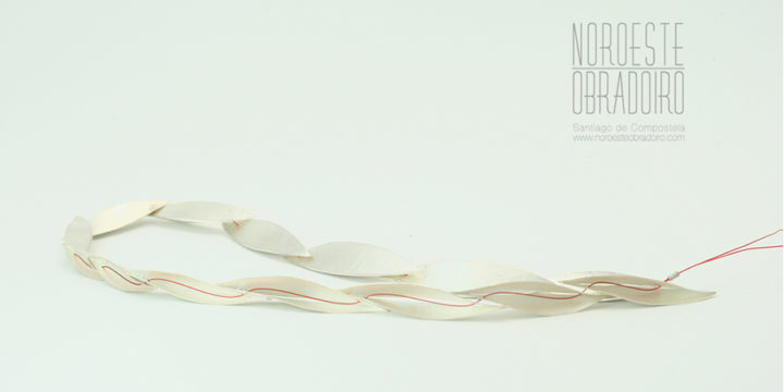 colar de prata deseño de autor feito a man por Xoiería Noroeste Obradoiro en Santiago de Compostela, Galicia