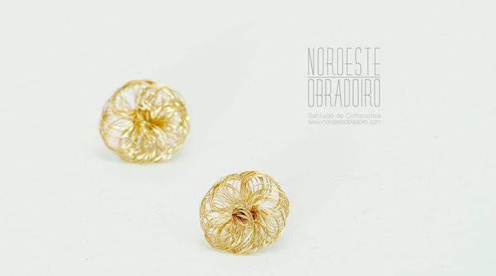 pendientes de oro hechos en joyería de autor Noroeste Obradoiro de Santiago de Compostela, Galicia