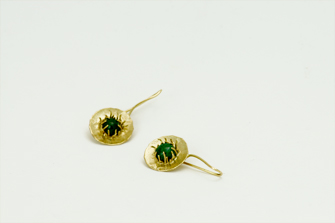 pendientes de oro y gemas hechos a mano por joyería Noroeste Obradoiro en Santiago de Compostela, Galicia